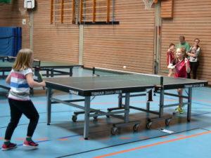 Mädchen Spiel bei Mini-Meisterschaft