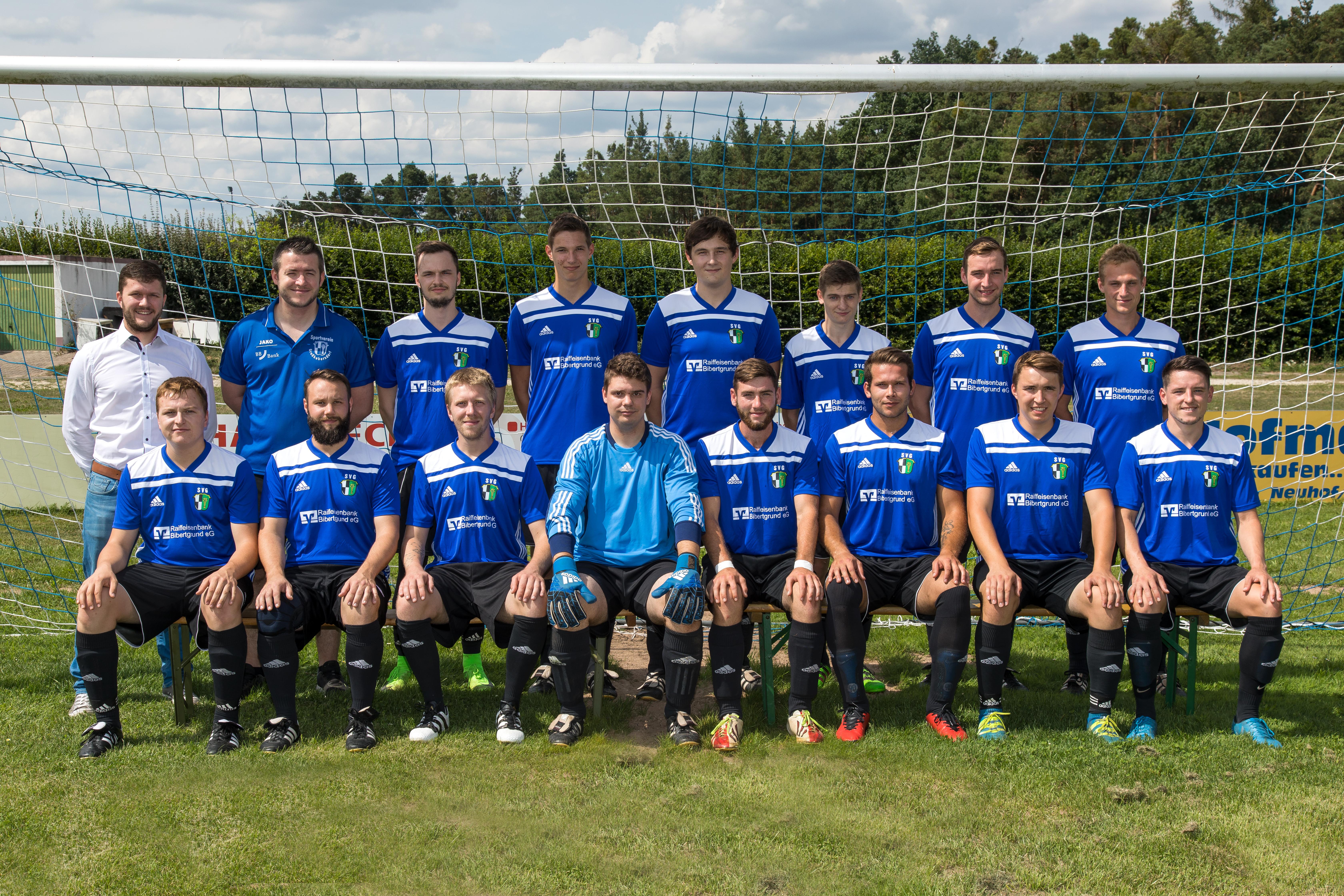 2. Fußball Mannschaft mit den neuen Trikots, welche von der Raiffeisenbank Bibertgrund und der BBBank gesponsort wurden.