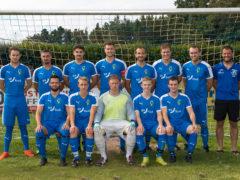 1. Fußball Mannschaft mit den neuen Trikots, welche von der Raiffeisenbank Bibertgrund und der BBBank gesponsort wurden.